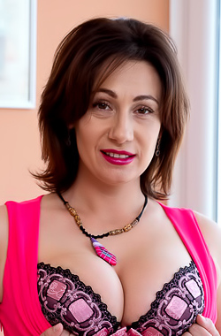 Sara Mature Sara boasts about her sexy lingerie